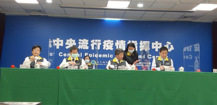 第一排左起為中央流行疫情指揮中心疫情監測組組長周志浩、專家諮詢小組召集人張上淳、...