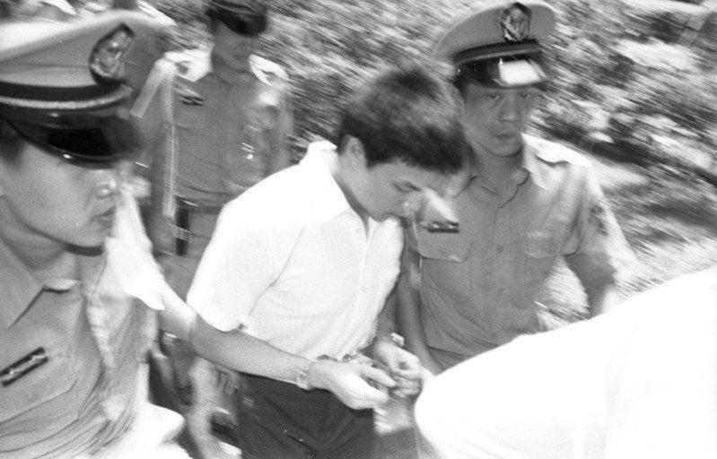 台灣第一宗運鈔車搶案為合作金庫沙鹿支庫運鈔車劫案,當時涉案8人最後同時被槍決,圖為1983年台灣高等法院更審判決,法警將被告帶入法庭。圖/聯合報系資料照片