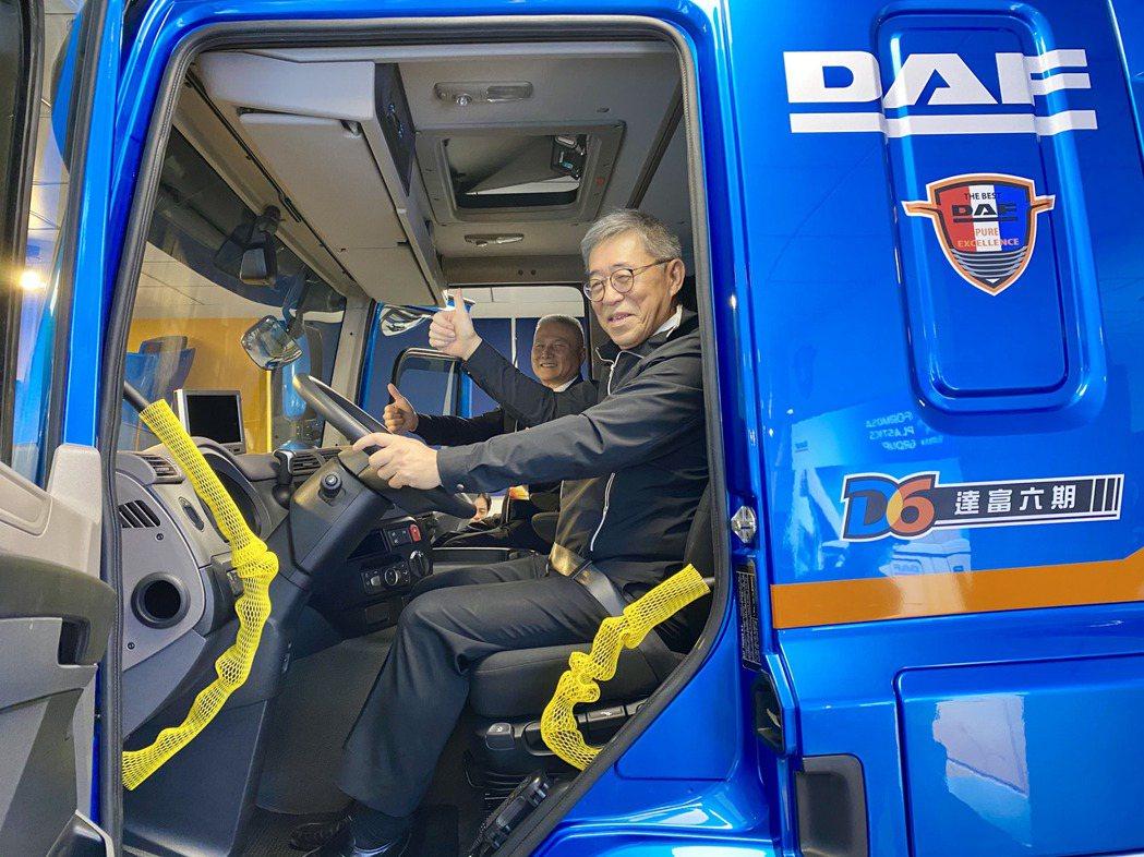 台塑集團常務委員王文潮坐上DAF六期新車的駕駛座,體驗新車駕馭的感覺。記者宋健生...