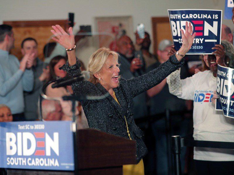美國總統當選人拜登的妻子吉兒.拜登(如圖)尚未接到第一夫人梅蘭妮亞.川普的聯繫。圖為吉兒今年2月在南卡州參加拜登的競選活動。美聯社