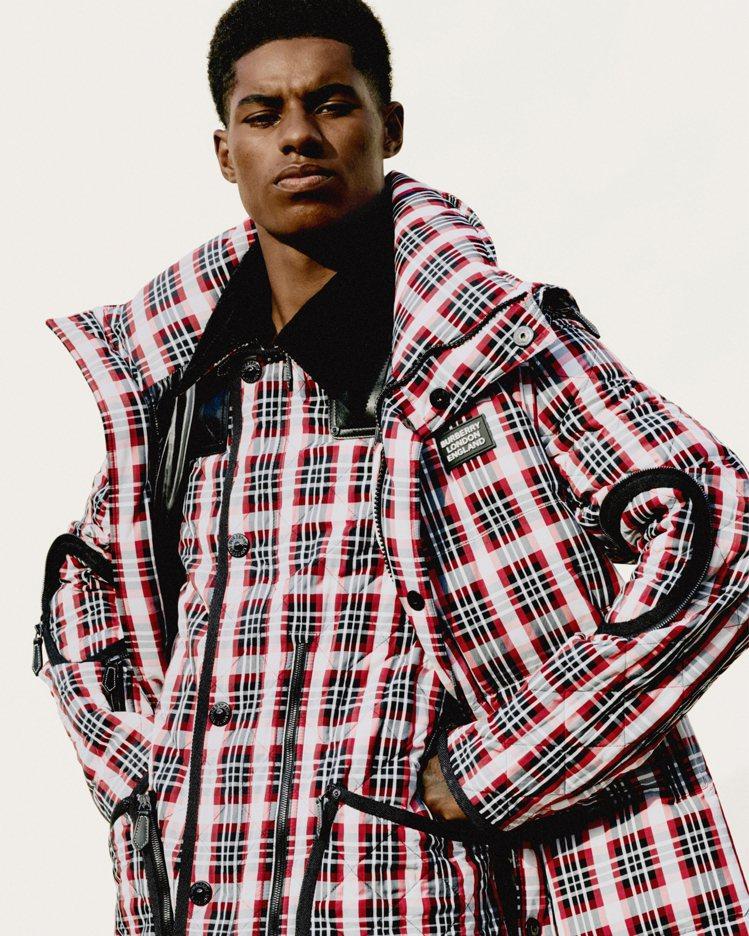 足球員馬古斯.拉舒福特演繹品牌經典風衣、菱格織紋夾克。圖/BURBERRY提供