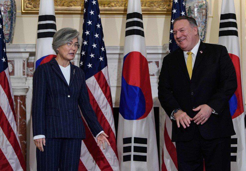 韓國外長康京和(左)與美國國務卿龐培歐(右)9日在華府舉行會談前合影。法新社