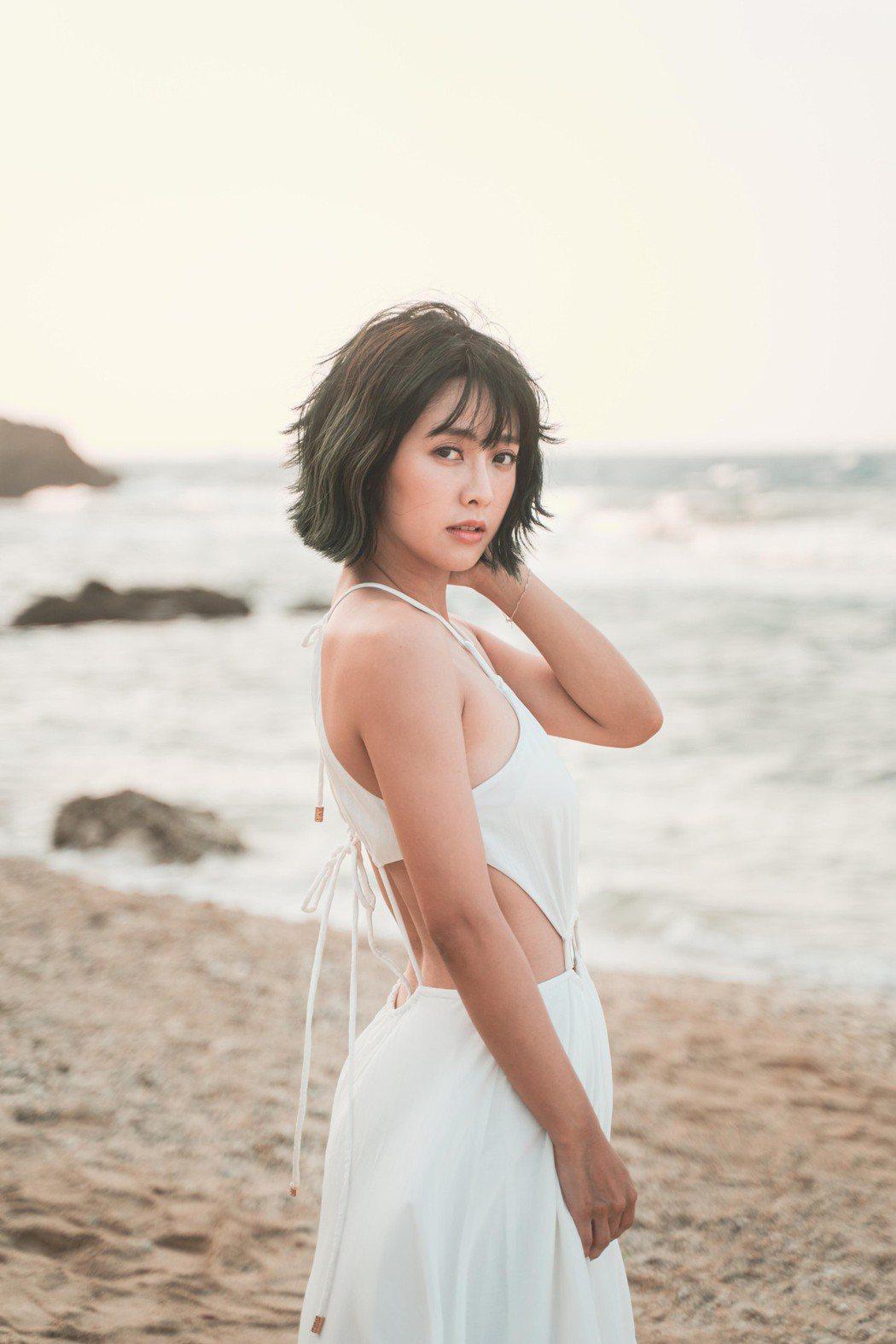 大元(林艾璇)赴小琉球拍寫真集,一站定位太陽探頭。圖/藝和創藝提供