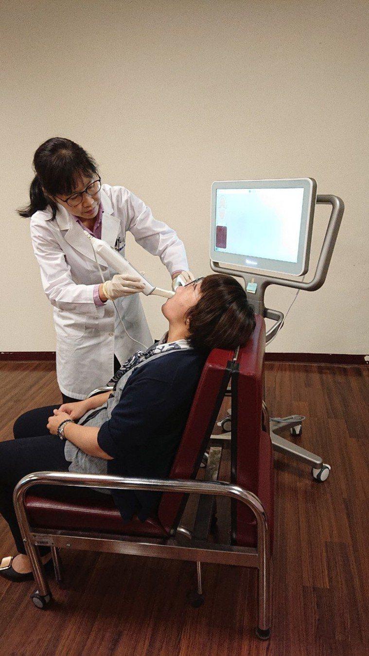 高雄市立岡山醫院推隱形牙套矯正器,讓想矯正牙齒的民眾不必再當「大鋼牙」,破壞形象...