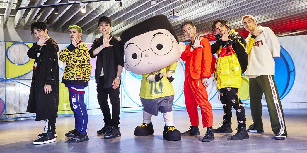 牛奶(左三)到場緊盯男團「B.T.O.D」成員張龍(左起)、子賢、淋雨、淇揚、K...