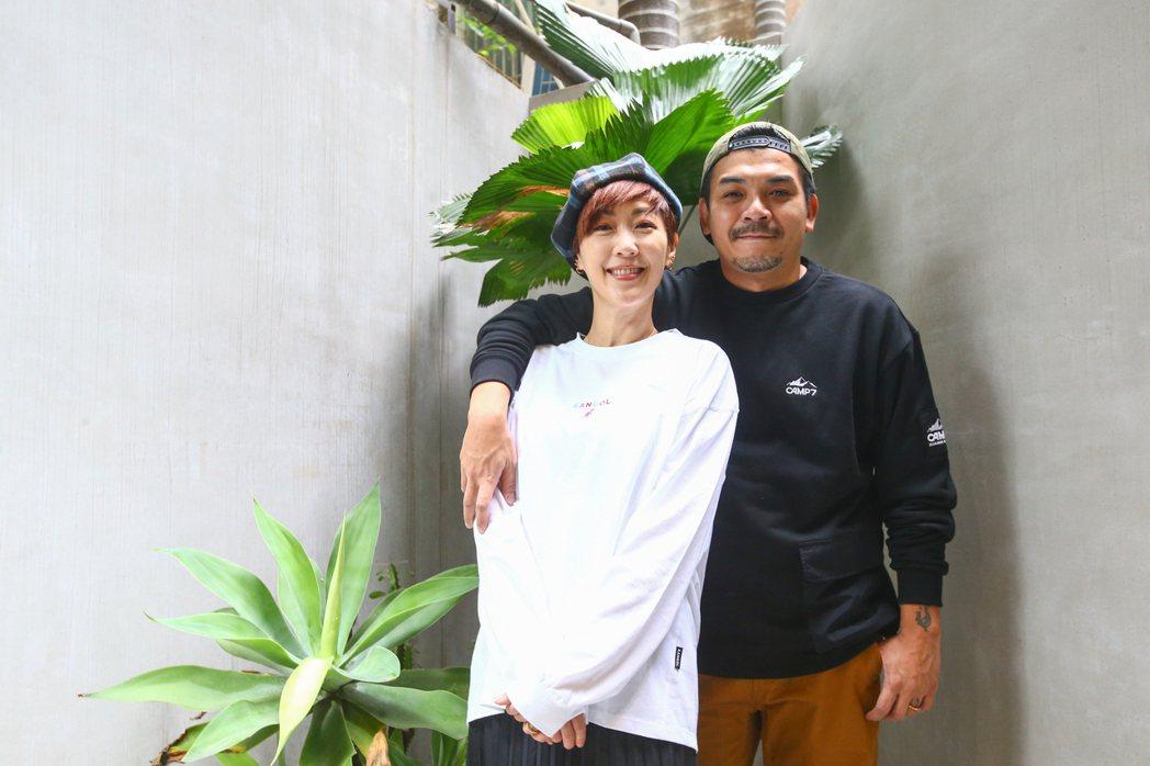 Gigi(左)和史丹利結婚5周年。記者葉信菉/攝影
