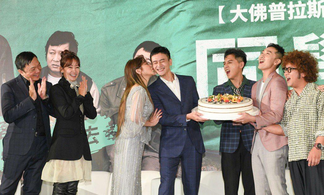 劉冠廷在「同學麥娜絲」記者會上慶生,王彩樺大方獻吻。圖/甲上提供