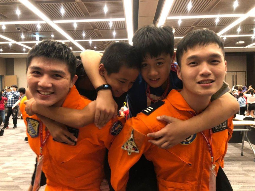 新光大小筆友活動中,小朋友和幻象戰機飛行員玩開了。圖/新光人壽慈善基金會提供