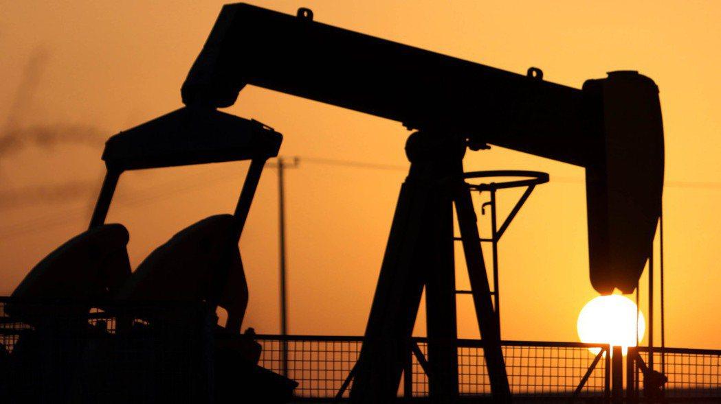 倫敦布蘭特原油期貨11日盤中漲3.7%,升破每桶45美元,創9月初至今新高。 美...