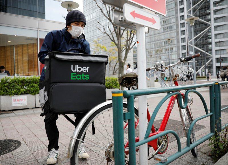 受疫情影響,日本許多餐飲店被迫削減員工,但餐飲外送業卻創造了新的就業機會。日本主要餐飲外送平台的外送員人數,目前已超過4萬人。(路透)