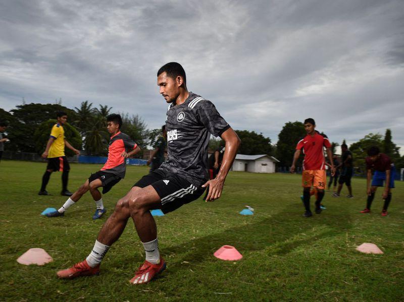 除了薪水被砍外,許多球員的訓練計畫也因為比賽推遲被打亂,圖為穆里亞迪跟隊友們在10月29日一同訓練畫面。法新社