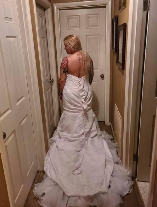 美國女子從網店買了一件婚紗,但穿上身和網上所見完全不同。(fb圖片)
