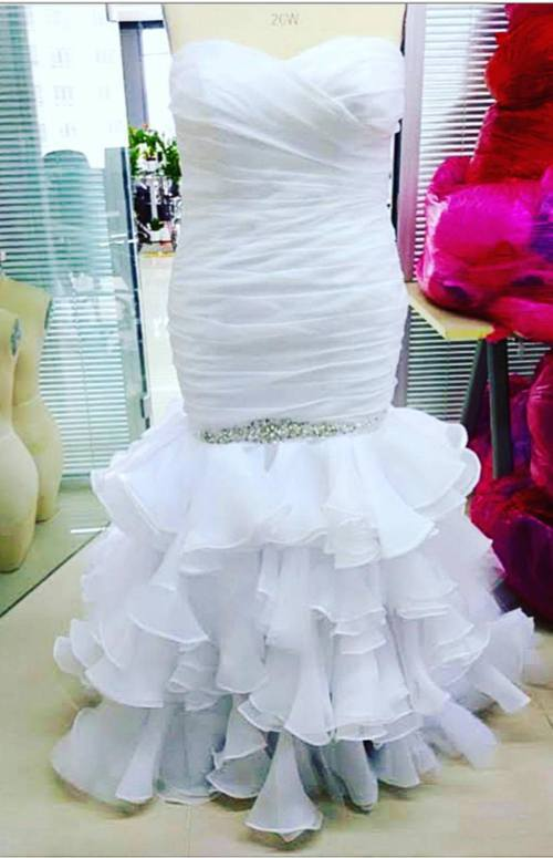 女生把婚紗正確翻面後,大讚非常漂亮。(fb圖片)