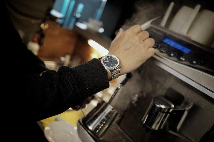 戴著POLOS煮出來的咖啡特別有味道。圖/李岳龍提供