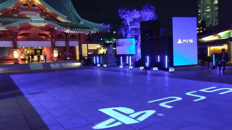 日本東京的「神田明神」神社,為慶祝PS5上市,以燈光投影將整座神社改造成遊戲主機配色。圖擷取自twitter