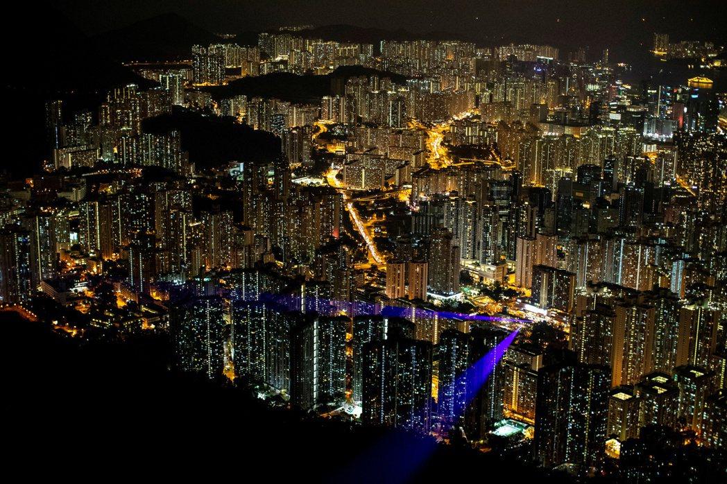 香港輿論大多認為,過往港府雖然曾經透過各種怪招規矩來「DQ反對派議員」,資格的褫...