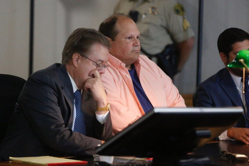 艾迪(Eddie Tipton, 身穿橘衣者)是美國多州多州聯銷樂透協會(Multi-State Lottery Association)的安全主管,但他卻利用職務之便,在開獎系統中植入控制程式,中得5次頭獎,爽領2400萬美金。圖擷自推特