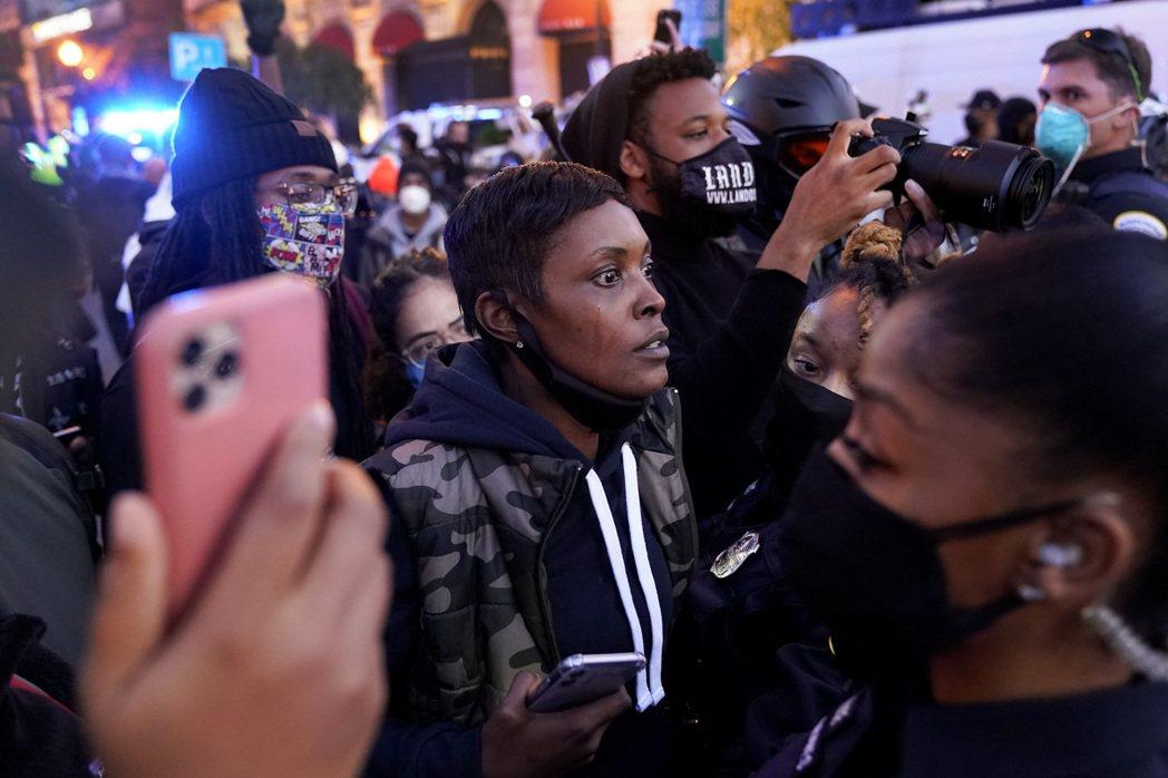 記者心理狀態的重要,尤其身為有色人種是否因處理相關議題情緒過載,皆仰賴媒體機構和編輯發揮同理心,成為文字工作者們的後盾。示意圖。 圖/美聯社