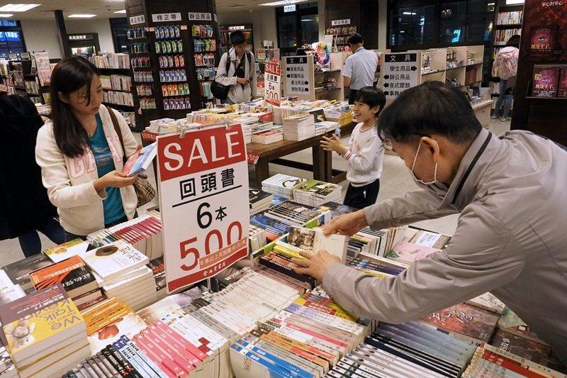 回不了頭的折扣,只會持續墊高書價、拉高成本,讓出版業的待遇越來越險惡。 圖/歐新社