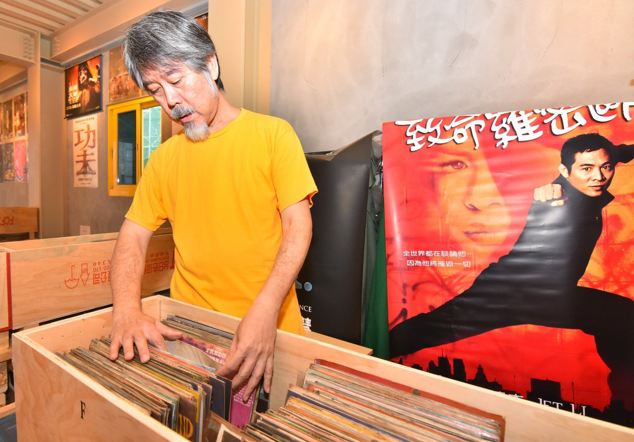 呂健吉熱愛挖寶,書棧二樓收藏他40年來珍藏的黑膠唱片以及電影海報。 圖/張議晨 ...