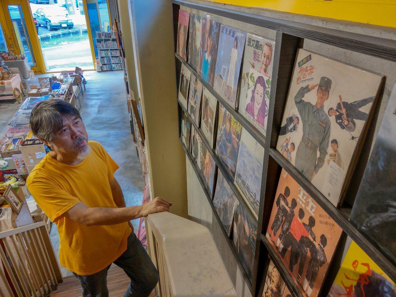 呂健吉熱愛挖寶,書棧收藏他40年來珍藏的黑膠唱片以及電影海報。 圖/張議晨 攝影