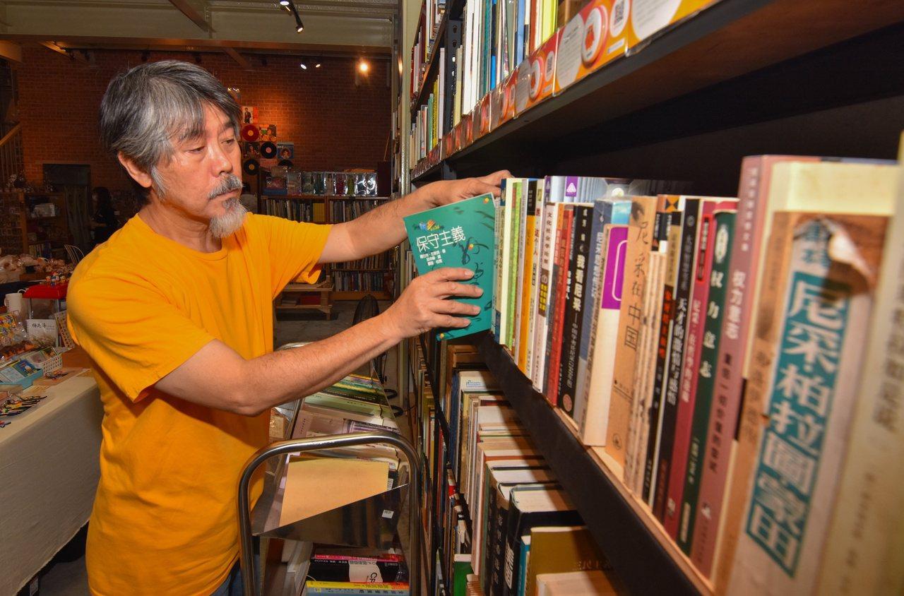 哲思書棧以人文、哲學等社會科學書籍為主,有研究生慕名挖寶,呂健吉也樂於分享藏書。...