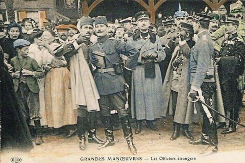 1910年法國邀請各國軍事觀察團一同在法國本土軍演交流的「皮卡第大演習」,前方手...