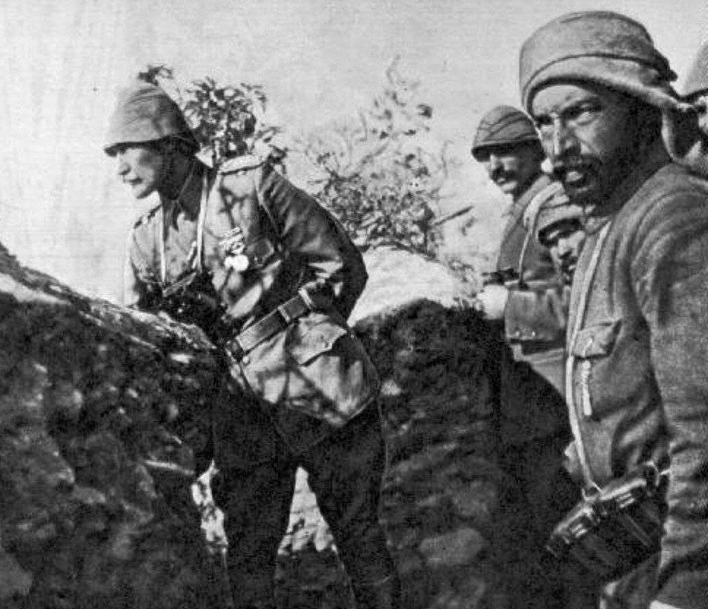 當年受到屈辱的凱末爾仍積極學習西方的軍事技術,並在一次大戰期間,於本土遇襲的驚滔...