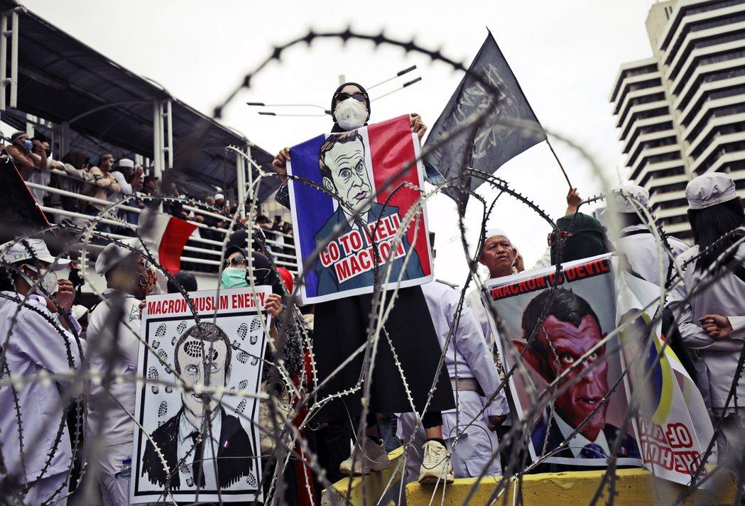 不同地區的穆斯林,對於馬克宏的言論也有著不同的反應。圖為印尼保守派教士號召的反法...