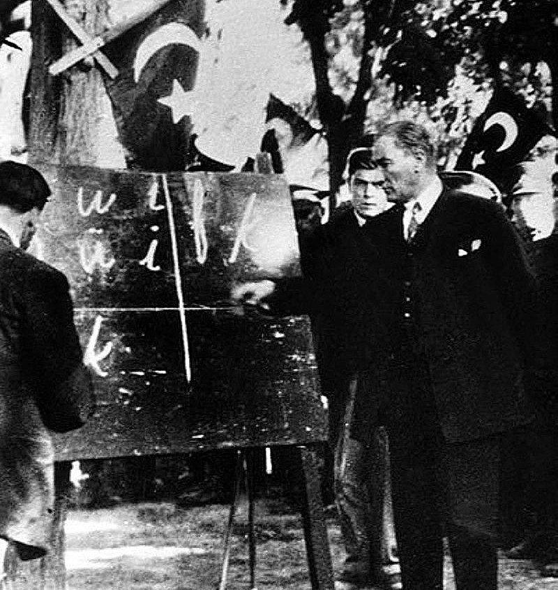 凱末爾親自教授土耳其語新字母(1928年9月20日)。 圖/維基共享