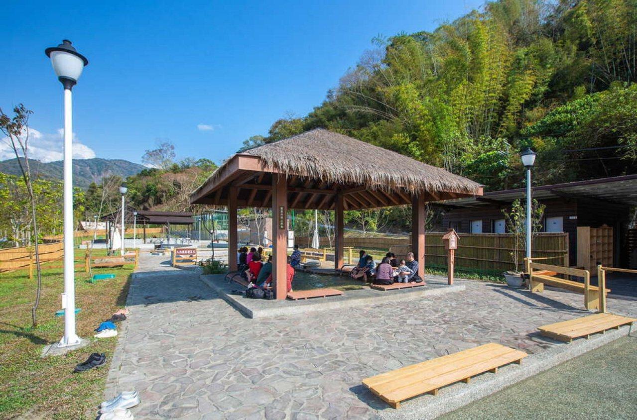 寶來花賞溫泉公園內導入溫泉,讓遊客可體驗手、足湯。 圖/高雄市觀光局提供