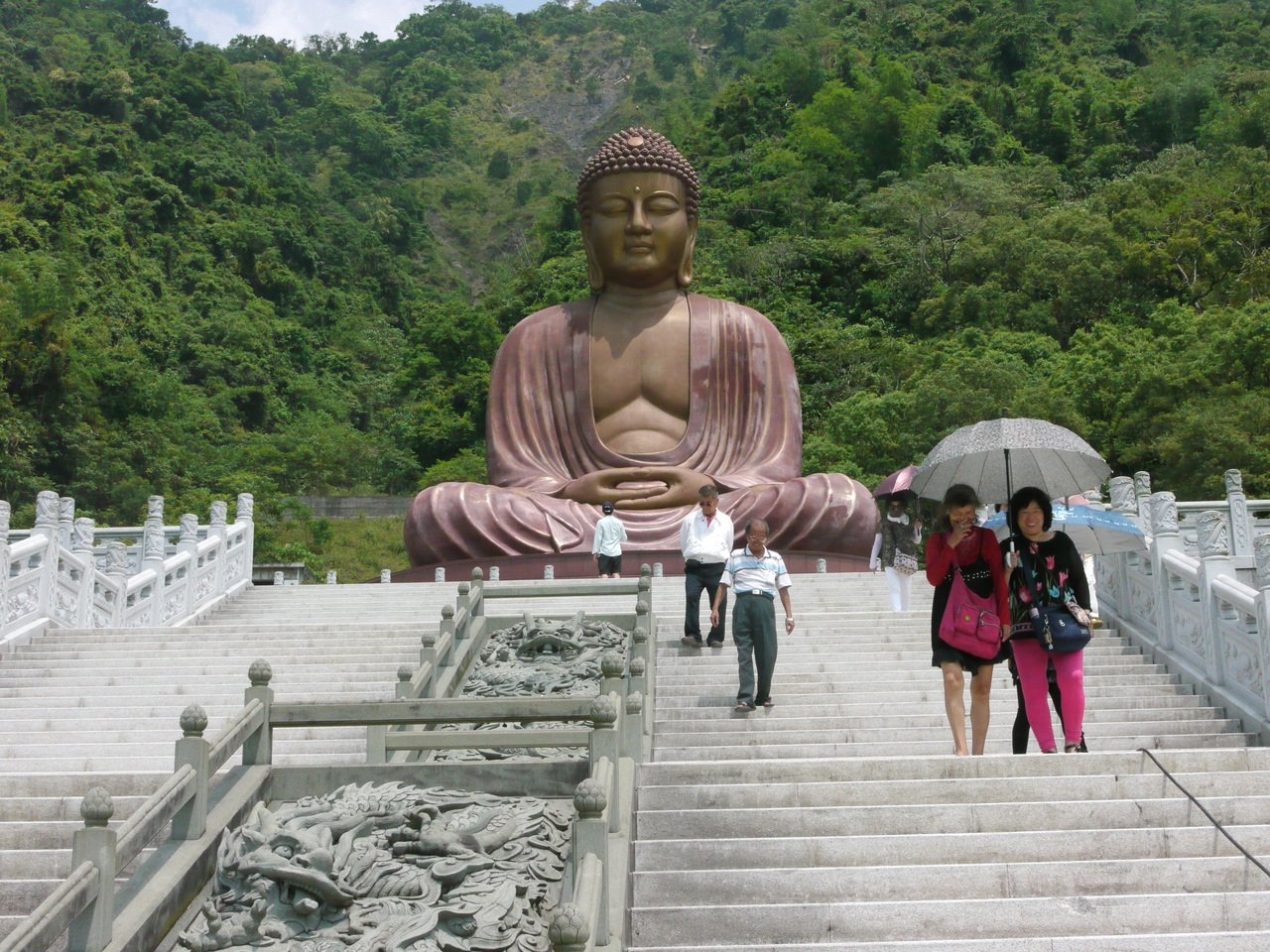 六龜大佛前有一段陡峭台階,年長者可從佛像旁的登山步道緩步上山。  圖/徐白櫻 ...
