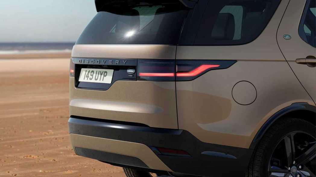 尾燈的LED燈條也採取更簡約的佈局。 圖/Land Rover提供