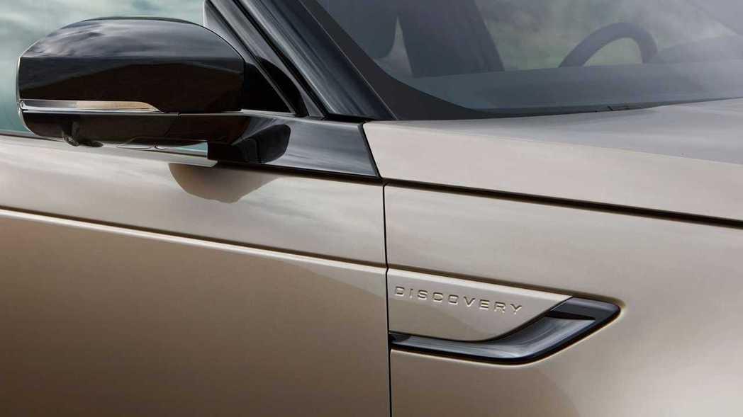 葉子板銘牌延伸出貫穿全車的筆直腰線。 圖/Land Rover提供