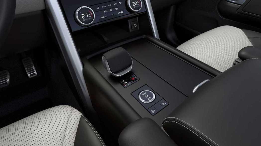 以全新的線傳排檔桿取代以往的旋鈕式排檔。 圖/Land Rover提供