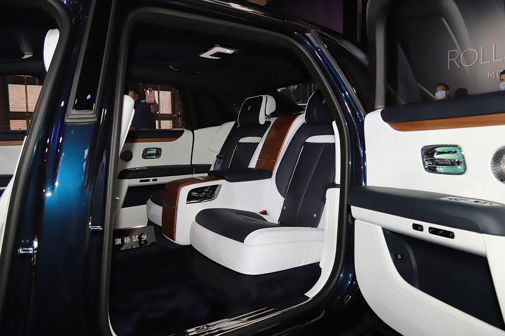 全新勞斯萊斯Ghost長軸版選用後座獨立座椅後,兩座椅之間配置可用來冰鎮香檳的冰...