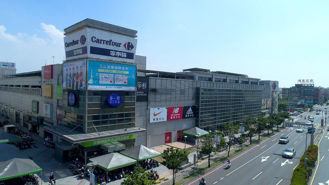 家樂福進駐市政商圈,也完整國平重劃區的機能性。 圖/興富發建設股份有限公司 提供