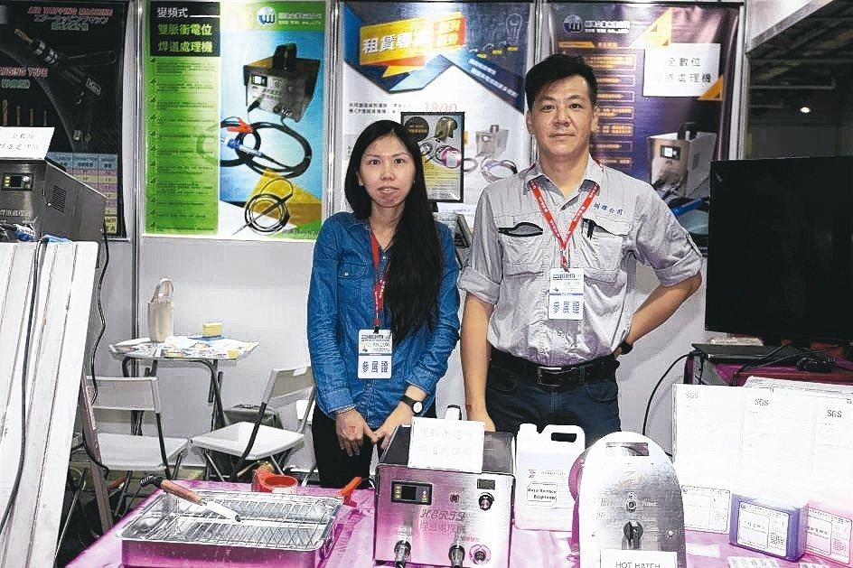 圳瑋技術部經理陳嘉朗(右)與夥伴在展場合影。 黃奇鐘/攝影