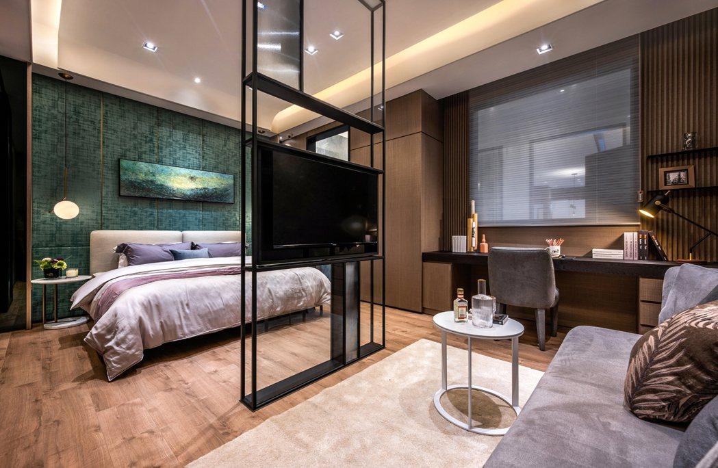 主臥以簡約的設計,營造出舒適的高級空間感。