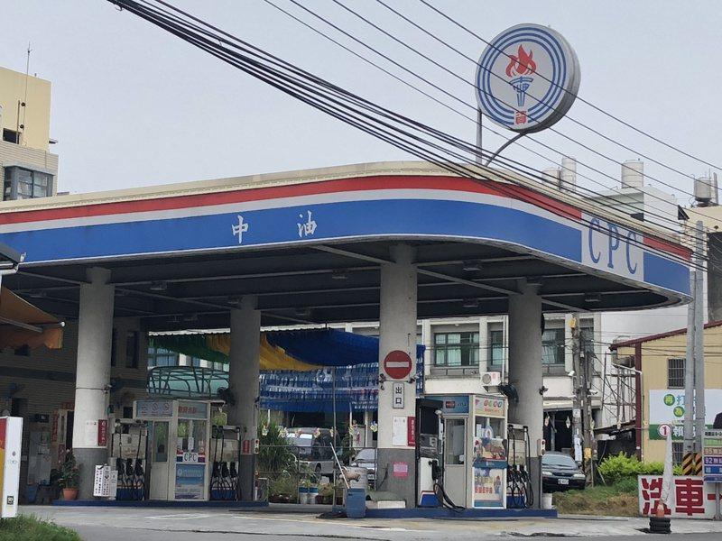 媒體報導中油在查德挖到石油,並將於12月初從查德運回開發油井的第一桶油。報系資料照