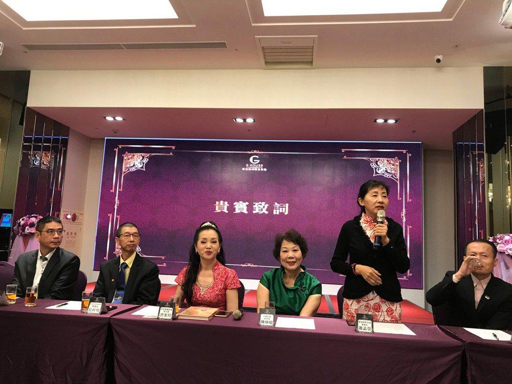 出自餐飲世家的蓮荷蔬果百匯董事長蕭孟瑩(右二)暢談經營素食的甘苦,她用毅力和堅持...