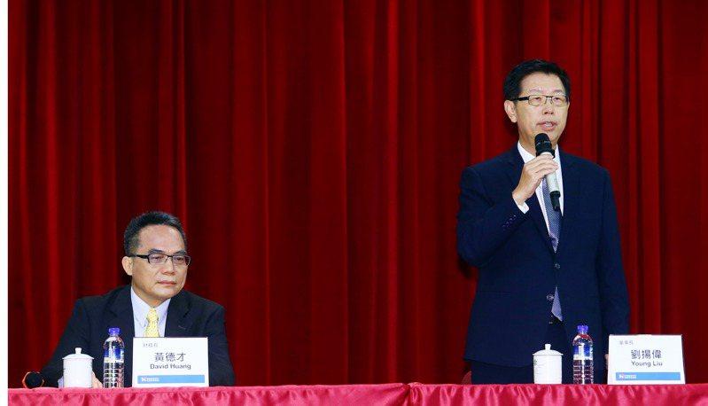 鴻海今(12日)召開第三季法說會,由董事長劉揚偉(右)和財務長黃德才(左)主持,說明公司未來展望。記者杜建重/攝影