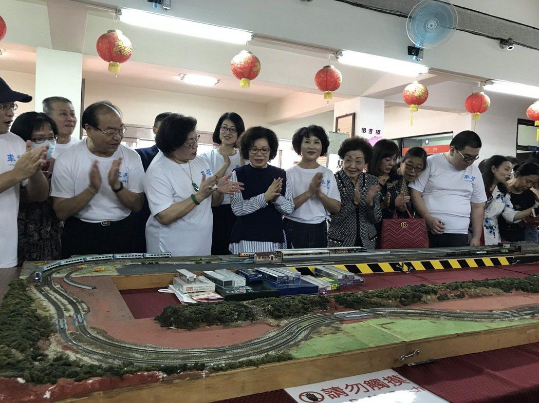 現場吸引大批鐵道迷到場,共同參與鐵道模型啟動儀式。   楊逢峮/攝影