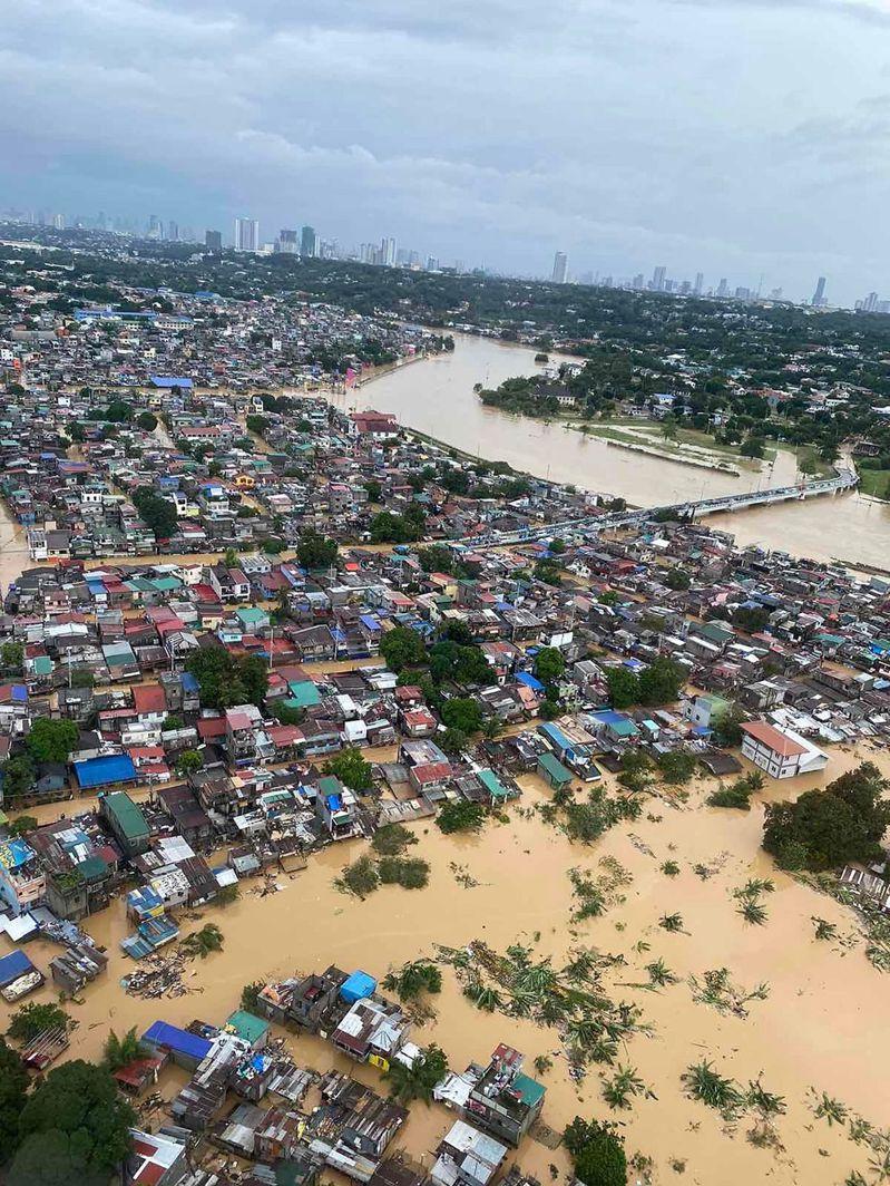 接連颱風侵襲菲律賓,馬尼拉地區災情嚴重。 法新社