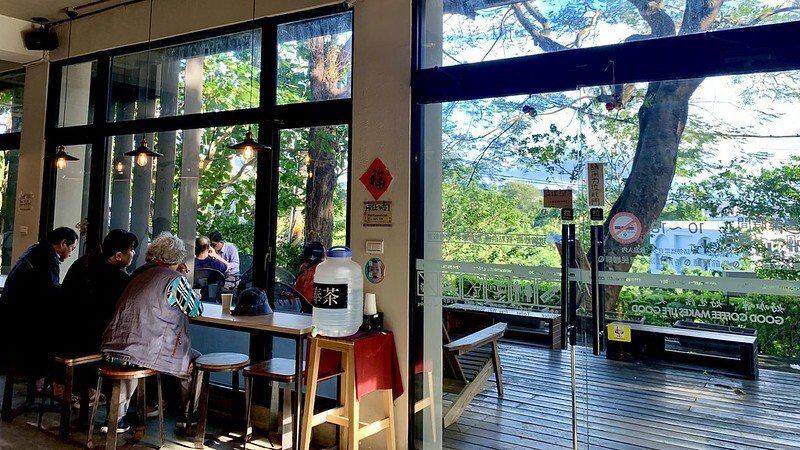 室內的一樓椅著玻璃窗的座位