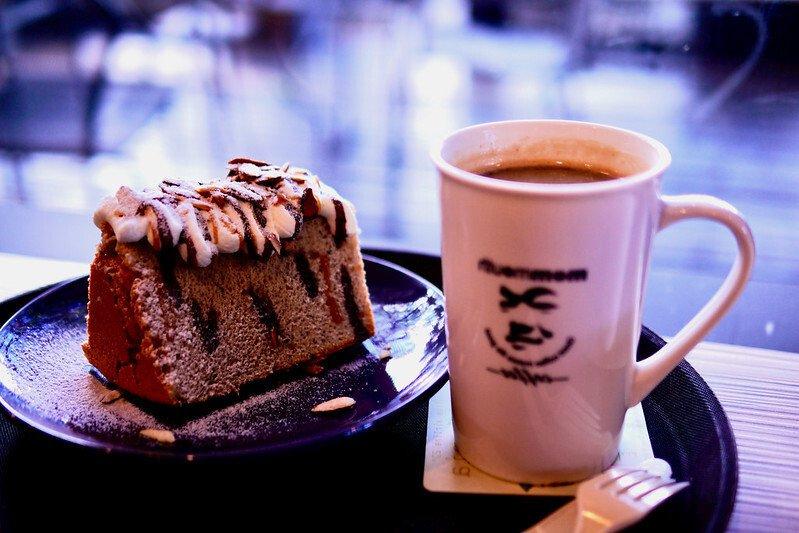 一杯咖啡、一份戚風蛋糕,在媽媽嘴嘴咖啤店內享用的的下午茶時光。