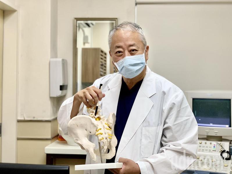 郭文華醫師(見圖)指坐骨神經痛婦人,是因幼年練體操時受傷所致,以新式整脊復位技巧幫她緩解疼痛。記者王昭月/攝影