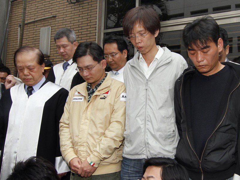 蘇建和(右二)、莊林勳(左二)、劉秉郎(右一)3人,被控19年前涉嫌強盜殺害台北縣汐止市吳銘漢、葉盈蘭夫婦,高院再審後的更二審宣判3人無罪,3人為受害者家屬默哀1分鐘。圖/聯合報系資料照片