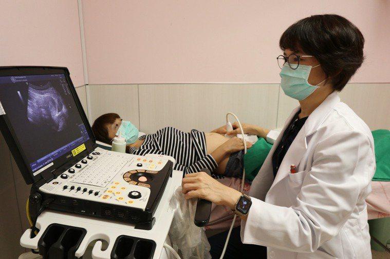 亞洲大學附屬醫院微創內視鏡科主任高惠芬指出,卵巢巧克力囊腫手術後約有25%復發的...