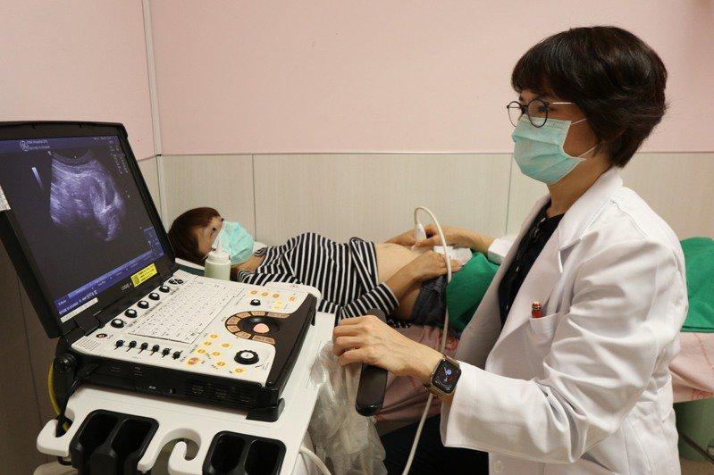 亞洲大學附屬醫院微創內視鏡科主任高惠芬指出,卵巢巧克力囊腫手術後約有25%復發的可能。圖/亞洲大學附屬醫院提供